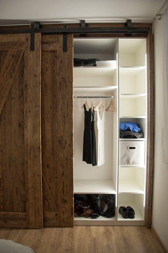 Kleiderschrank im Schlafzimmer aus Altholz vom Tischler