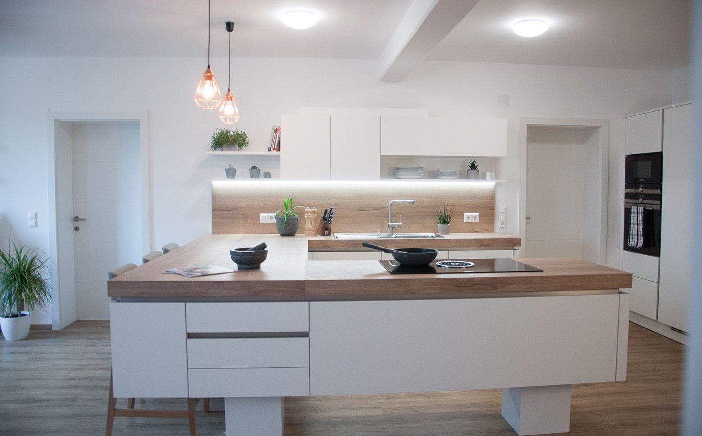 Moderne helle Küche vom Tischler