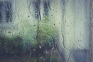 Fensterglas im Regen
