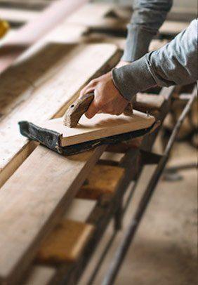 Holz schleifen in der Tischlerei